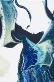 Abstrakt slut upp bakgrund med vit- och blåttakrylmålarfärg Arkivbild