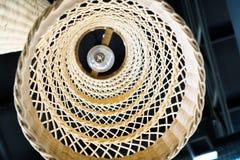 Abstrakt slut upp från botten av asiatisk stil för vävlampa som hänger på tak Arkivbild