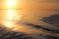 Abstrakt solnedgång i ren guld Royaltyfria Foton