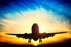 Abstrakt solnedgång och flygplan Arkivbild