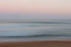 Abstrakt soluppgånghavbakgrund med suddig panorera rörelse Arkivfoto