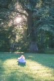 abstrakt sommarskog med plastpåsen - tappningfilmeffekt Arkivfoton