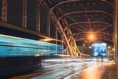 Abstrakt spårvagnljusslinga på den Pilsudzki bron i Krakow, Polen Royaltyfria Bilder