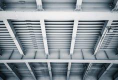 Abstrakt stålkonstruktion av den moderna bron Royaltyfria Bilder