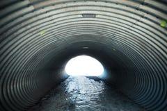 Abstrakt stålkorridor med det glödande slutet Royaltyfria Foton