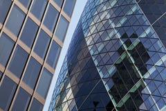 Abstrakt stadsfönsterarkitektur, London Arkivfoton