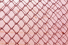 abstrakt stakettextur för chain sammanlänkning mot den grungy färgväggen Fotografering för Bildbyråer