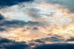 Abstrakt suddig bakgrund, dramatisk himmel i skymning Arkivfoto