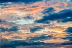 Abstrakt suddig bakgrund, dramatisk himmel i skymning Royaltyfri Fotografi