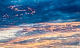 Abstrakt suddig bakgrund, dramatisk himmel i skymning Royaltyfria Foton
