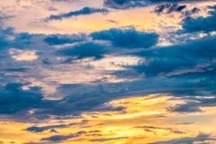 Abstrakt suddig bakgrund, dramatisk himmel i skymning Royaltyfri Foto