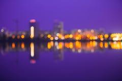 Abstrakt suddig Bokeh stads- bakgrund med reflexioner i vatten Royaltyfri Bild