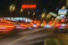 Abstrakt suddig färgrik bakgrund av stads- gatanatttrafik med bokeh tänder Automatisk stadsgataljus, hastighet Royaltyfri Fotografi