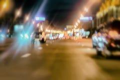 Abstrakt suddig färgrik bakgrund av stads- gatanatttrafik med bokeh tänder Automatisk, stadsgataljus och hastighet Royaltyfri Foto
