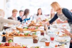 Abstrakt suddig grupp av vänner som möter i restaurangen Oskarp bakgrund av caucasian folk som har gyckel som äter Royaltyfri Bild