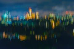 Abstrakt suddig nattpanorama, landskap av staden i natt med ljus bokeh, härlig cityscapesikt arkivbilder