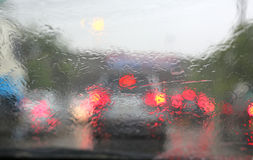 Abstrakt suddig trafik, i att regna dag Royaltyfria Bilder