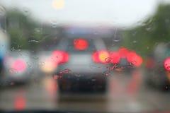 Abstrakt suddig trafik, i att regna dag Royaltyfri Foto