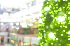 Abstrakt suddighet av julgranen i shoppinggallerian för bakgrund Arkivbild