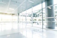 abstrakt suddighet och defocused i tom kontorsbyggnad med exponeringsglasfönstret och kopieringsutrymme arkivbilder
