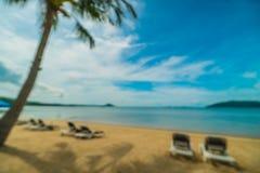 Abstrakt suddighet och defocused tropiskt strand och hav med kokosnöten Royaltyfri Bild