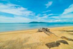 Abstrakt suddighet och defocused tropiskt strand och hav med kokosnöten Arkivfoto