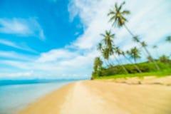 Abstrakt suddighet och defocused tropiskt strand och hav med kokosnöten Arkivfoton