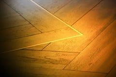 Abstrakt suddighetsbakgrund av guld- ljus på trägolv Royaltyfri Foto