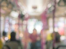 Abstrakt suddighetsbokehfolk på busstrans. Arkivbilder