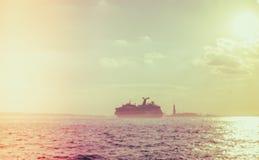 Abstrakt suddighetsfartyg med statyn av frihet, New York City, USA Royaltyfri Fotografi