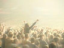Abstrakt suddigt avbildar Folkmassa under en offentlig konsert för underhållning en musikalisk kapacitet Handfans i roligt zonfol royaltyfri fotografi