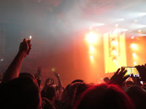 Abstrakt suddigt avbildar Folkmassa under en offentlig konsert för underhållning en musikalisk kapacitet Handfans i roligt zonfol Arkivfoto