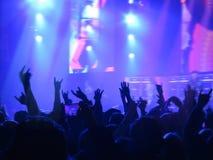 Abstrakt suddigt avbildar Folkmassa under en offentlig konsert för underhållning en musikalisk kapacitet Handfans i roligt zonfol Arkivbilder