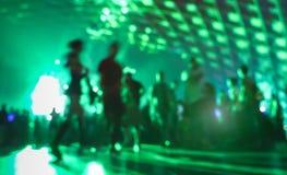Abstrakt suddigt folk som är rörande på, och dans på musikklubban Arkivfoto