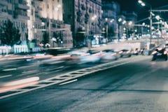 Abstrakt suddigt ljus skuggar på motorwayhuvudvägen på skymning, bild av den stads- hastighetstrafikaftonen Stads- tonat modernt Royaltyfri Bild