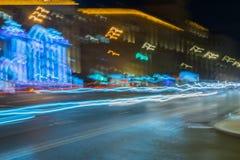 Abstrakt suddigt ljus skuggar på motorwayhuvudvägen på skymning, bild av den stads- hastighetstrafiknatten Stads- modern bakgrund Royaltyfri Foto