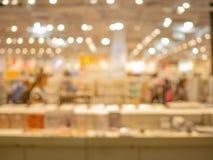 Abstrakt suddigt och defocused av shoppingvaruhus, arkivbild
