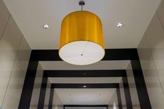 Abstrakt svartvit bakgrund och gul lampa royaltyfri fotografi