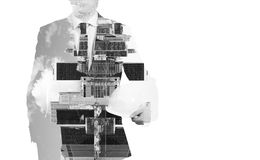Abstrakt svartvit bild av genomskinlig affärsmans konturer cityscape New York Arkivfoto