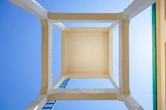 Abstrakt synvinkel av ett torn Royaltyfri Bild
