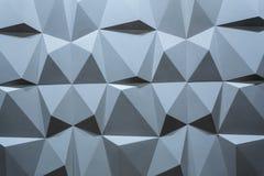 Abstrakt tapet eller geometrisk bakgrund som består av blåa geometriska former: trianglar och polygoner Arkivfoto
