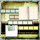 Abstrakt tappningbakgrund med gammalt öppet bokar och filmar remsan. Royaltyfri Fotografi