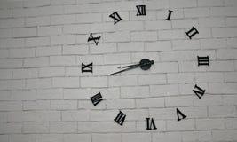 Abstrakt tegelstenvägg med klockanummer Royaltyfri Foto