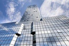 Abstrakt textur av blå glass modern byggnad Arkivfoton