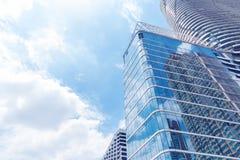 Abstrakt textur av blåa glass moderna byggnadsskyskrapor Busi Royaltyfri Bild