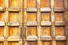 abstrakt textur av den antika gamla dörren i Italien Europa Royaltyfria Foton