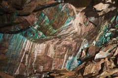 Abstrakt textur av den oxidated kopparen på väggarna av den underjordiska kopparminen i Roros, Norge Arkivfoto