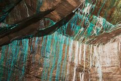Abstrakt textur av den oxidated kopparen på väggarna av den underjordiska kopparminen i Roros, Norge Royaltyfria Bilder
