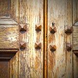 abstrakt textur av en brun antik trägammal dörr i Italien Arkivfoto