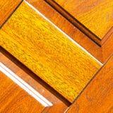 abstrakt textur av en brun antik trägammal dörr i Italien e Arkivbild